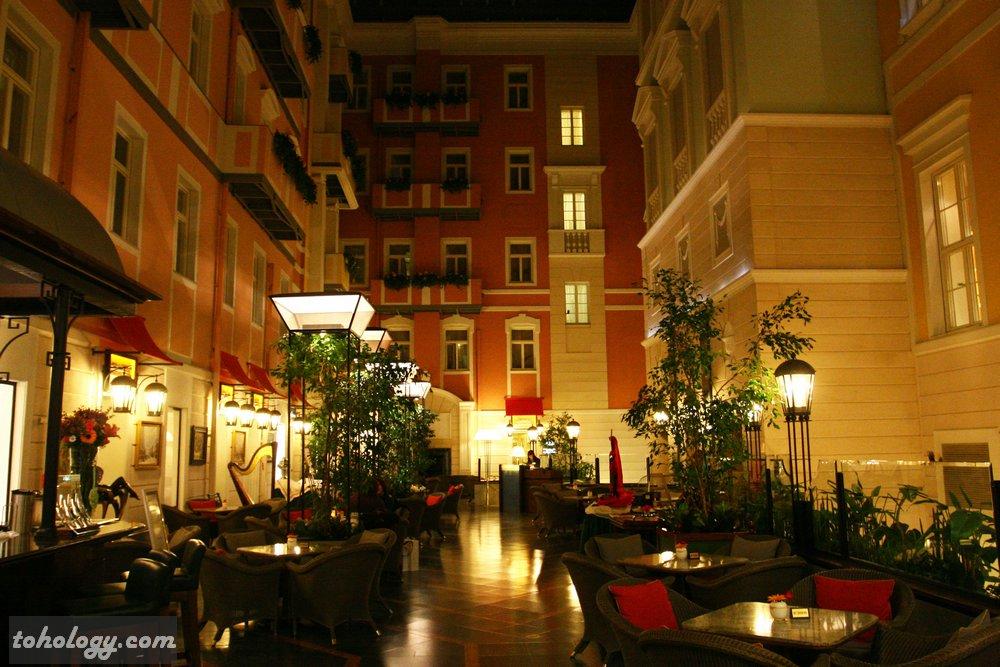Гранд Отель Европа, кафе «Мезонин»