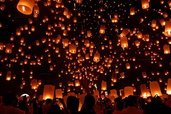 lanterne volanti per intrattenere gli ospiti a un matrimonio