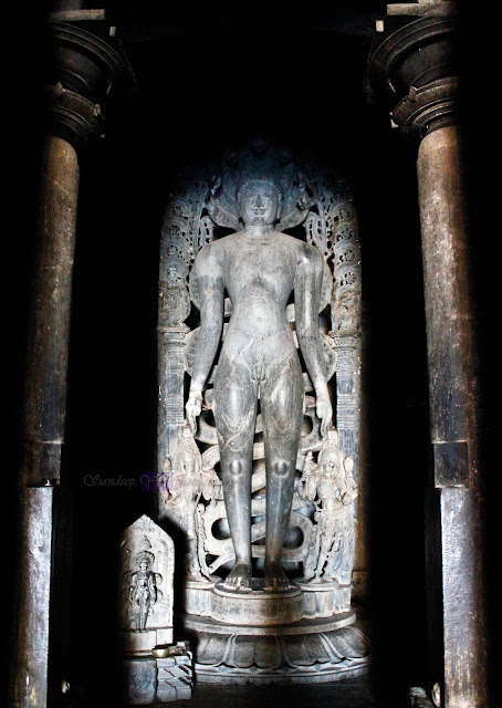 Parshwanatha tirtankara statue, with 7-head serpent behind