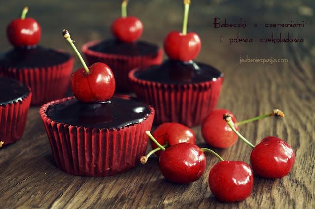 Babeczki z czereśniami i polewą czekoladową