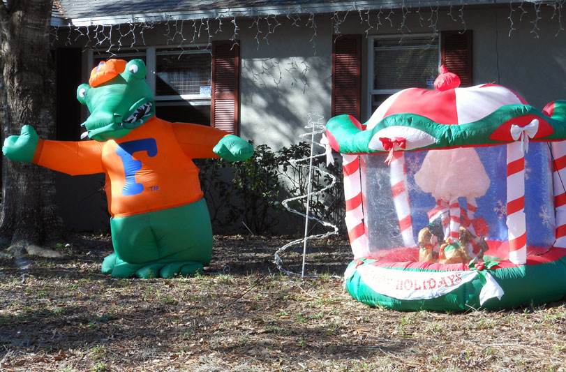 Florida by bicycle critters and christmas decorations for Alligator yard decoration