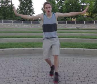 Χορεύει ακριβώς το ίδιο σε 100 διαφορετικά μέρη και τρελαίνει το διαδίκτυο