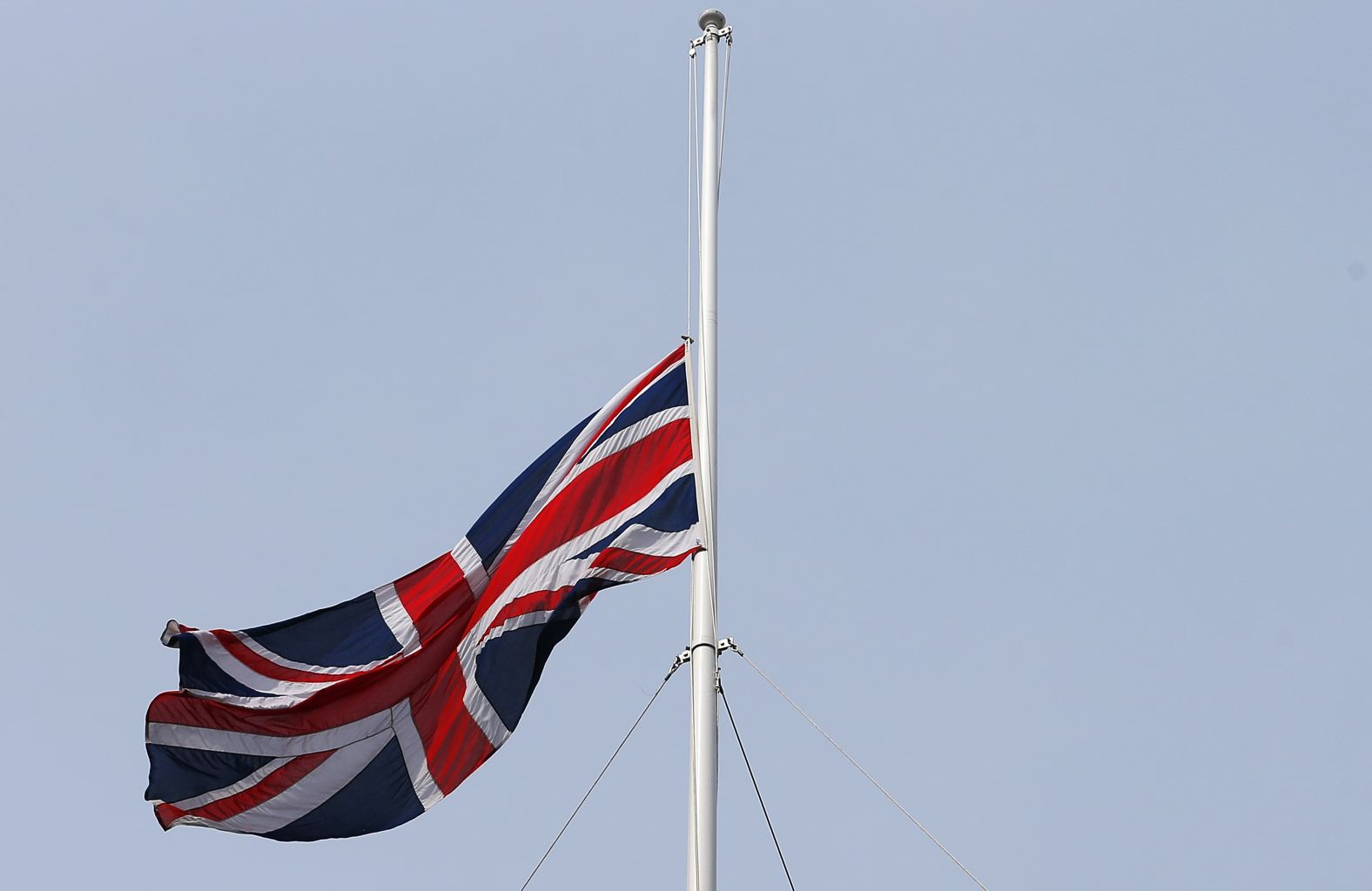 PM David Cameron Orders Flag to fly at half mast above Dawning Street