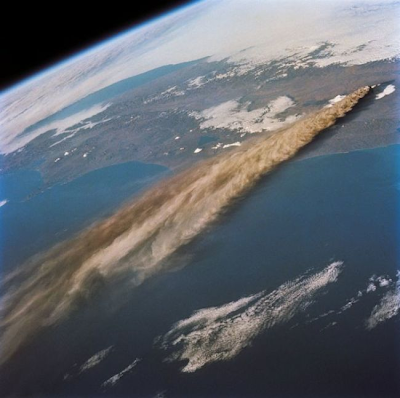 Una erupción volcánica vista desde el espacio