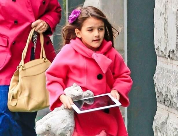 Filha dos atores Tom Cruise e Katie Holmes e seu iPad mimi