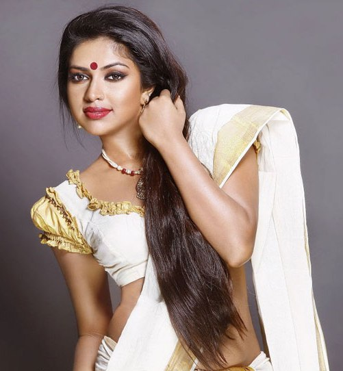 SEXY STILLS OF MALLU ACTRESS AMALA PAUL IN SAREE wallpapers