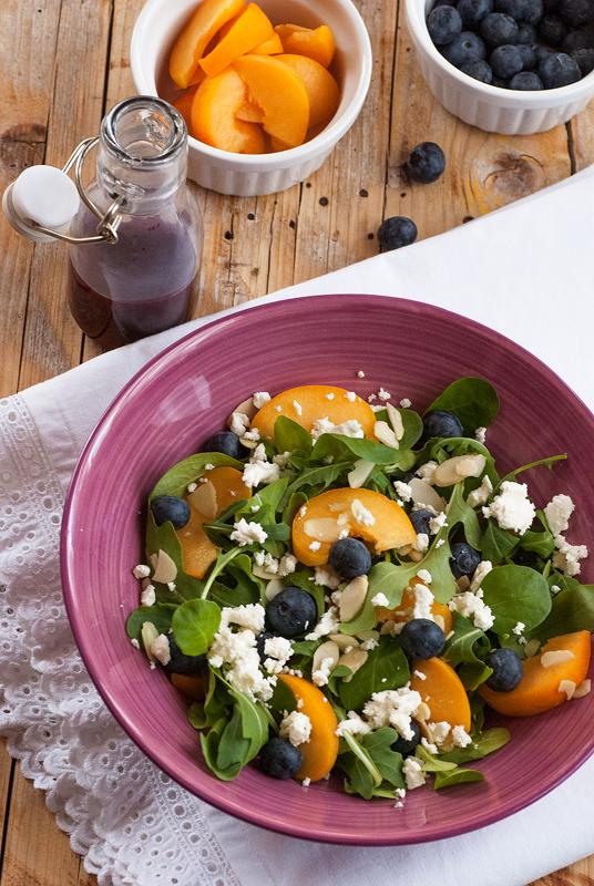 ensalada-de-canónigos-rúcula-y-fruta-de-verano