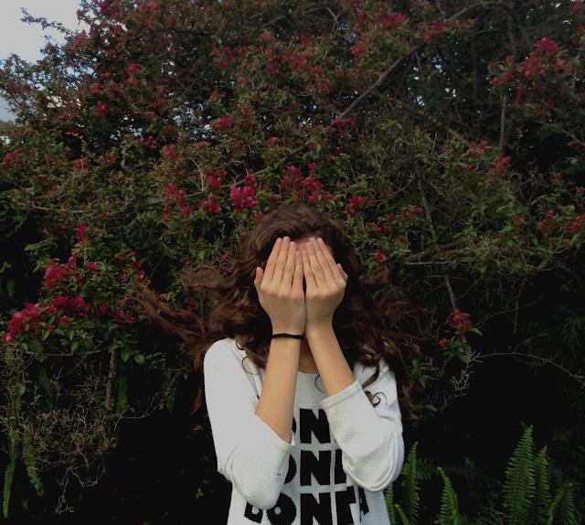 Menina com cabelos nas flores