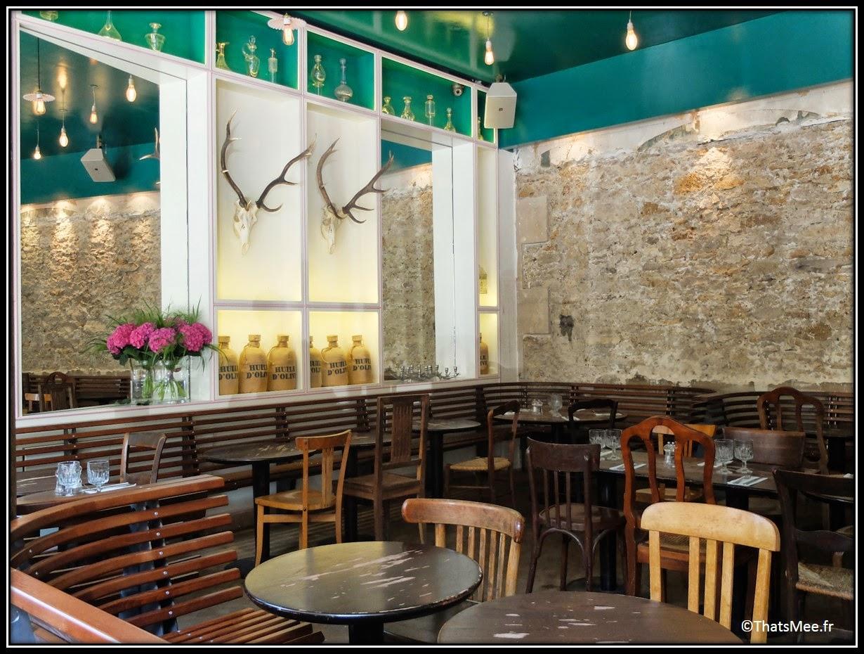 décoration brute bancs en bois tête de renne trophée chasse, mur vert canard