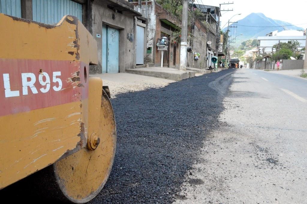 Funcionários da Prefeitura realizam serviços de recuperação do asfalto na Tijuca