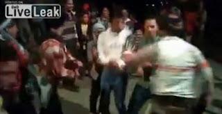 En dansant, il abat trois personnes (Video)