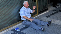 fotos desesperación pensionista  griego al no poder cobrar su pensión
