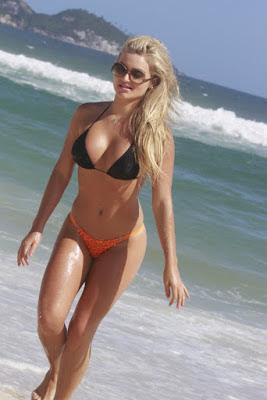 Le top modèle Thaiz Schmitt bikini sexy à Rio de Janeiro .(Photos)
