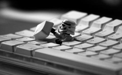 Un trooper de LEGO saliendo del teclado