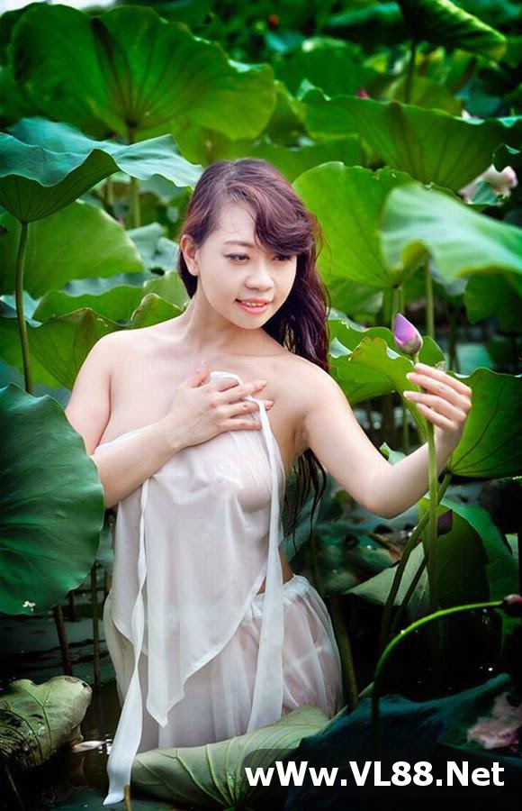 Bộ ảnh Nóng với ảnh áo yếm, thả rông tại đầm sen của thiếu nữ