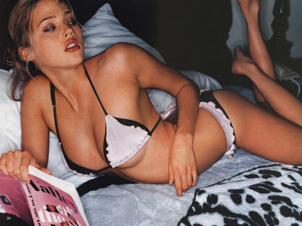 http://4.bp.blogspot.com/-V3WevauFdOk/TkTqWmRk56I/AAAAAAAACU8/MC2OY5qZcHM/s1600/Estella-Warren-sexy-wallpaper.JPG