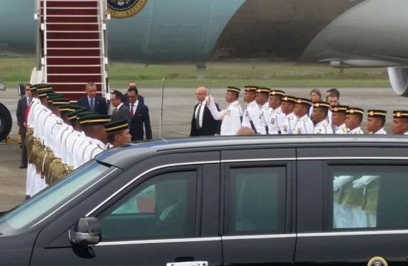 Gambar Obama Tiba di Malaysia