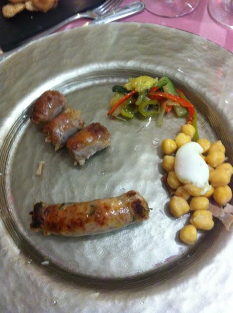 """Longaniza de """"Trinchat de col"""" con garbanzos y huevo de codorniz escaldado.  Y longaniza de pies de cerdo con sanfaina.Rt. Prades   y Porté-Estop (Alta Ribagorça)"""