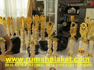 toko trophy di kota Malang, trophy lomba murah, piala untuk anak TK, 0812.3365.6355, www.rumahplakat.com