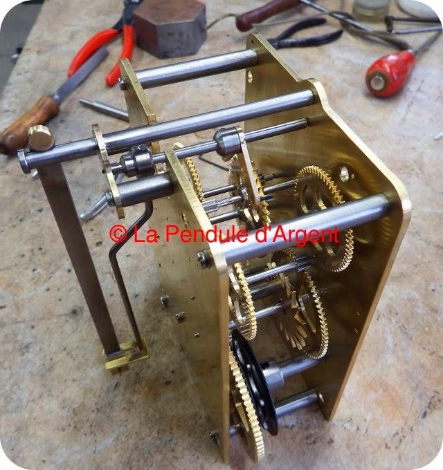 Production d'un mécanisme d'horloge, les platines et le rouage Echappement+00