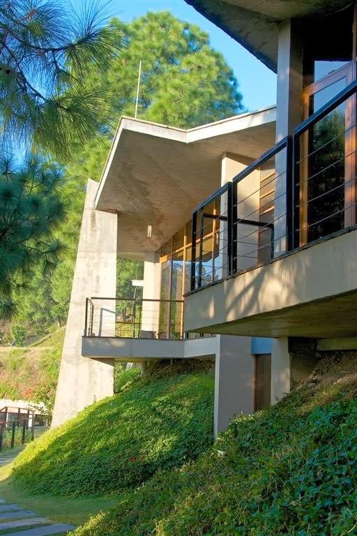 Une maison en béton moderne dans l'himalaya