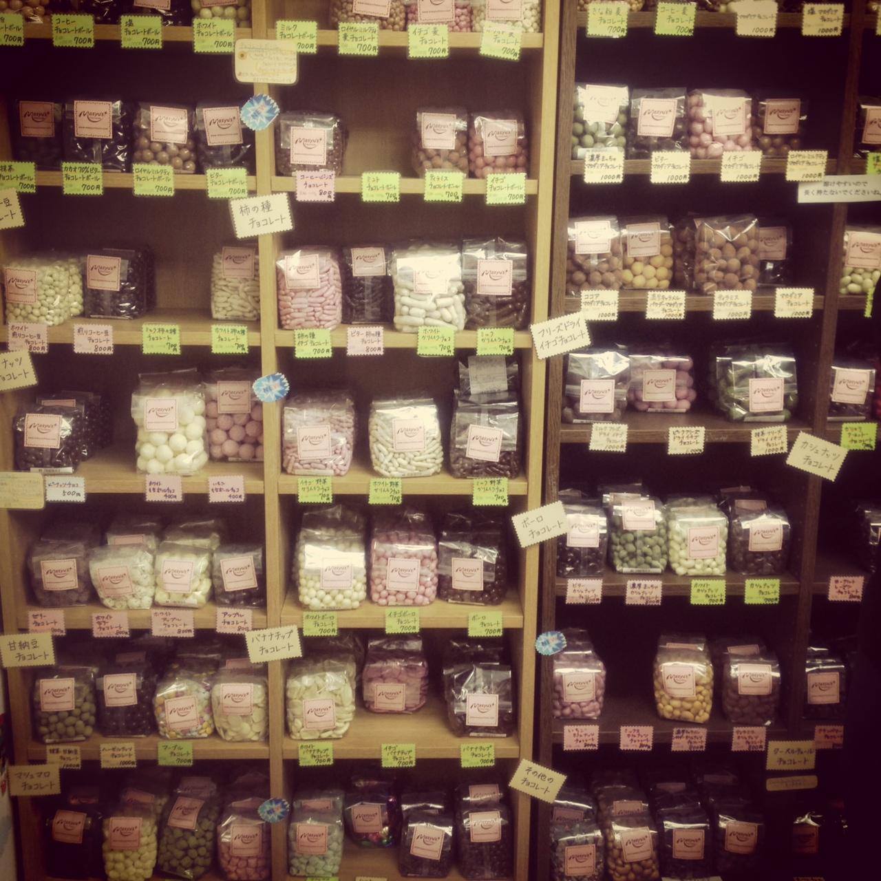 マシューのチョコレート直売所の棚にあるチョコレート