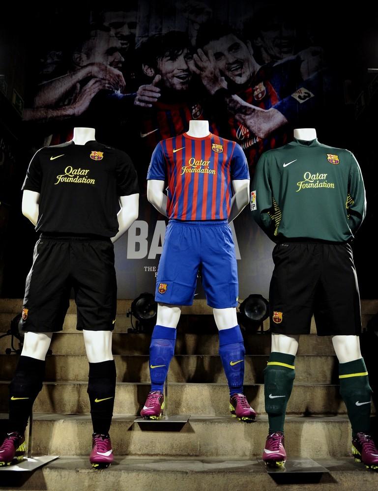 ARSEMA AREK SSN SMP 5: Kostum Beberapa Tim Sepak Bola