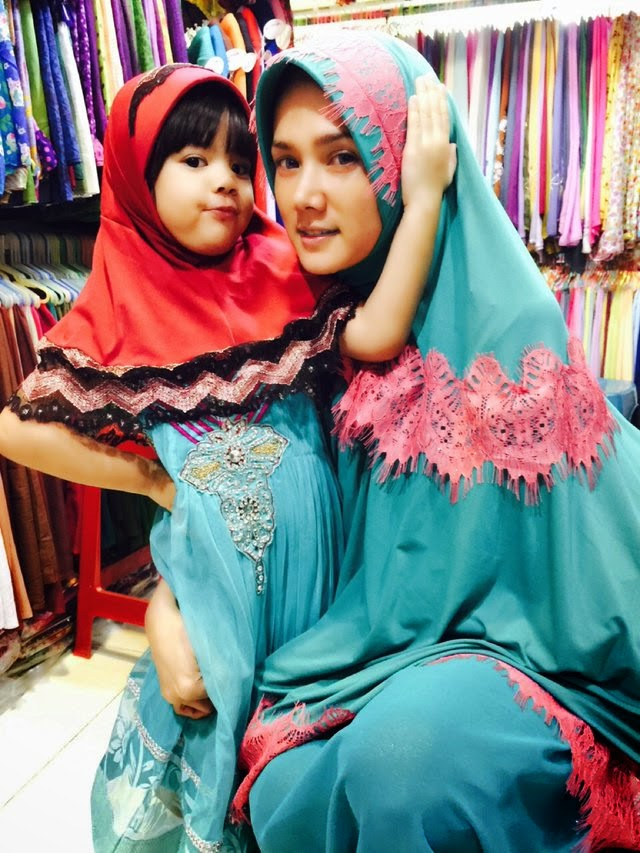 Foto Cantik Berhijab  Mulan Jameela Dan Safeea anak Jameela