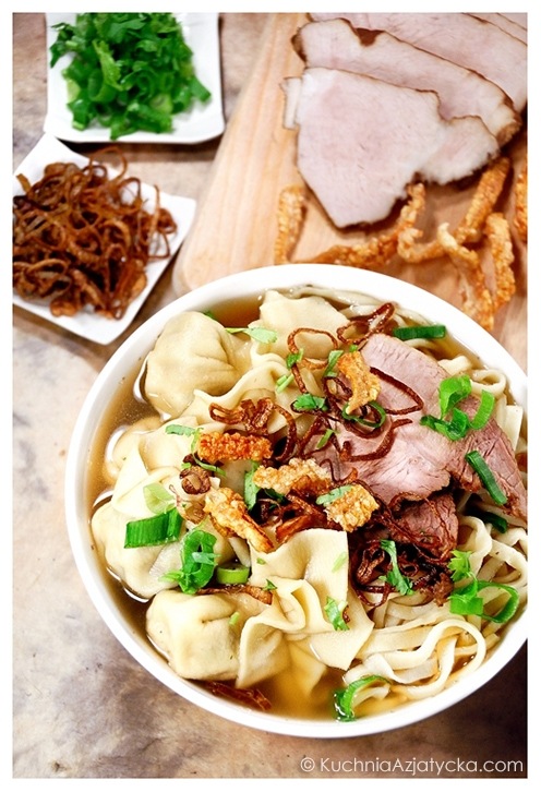 Zupa z makaronem i wontonami ©KuchniaAzjatycka.com