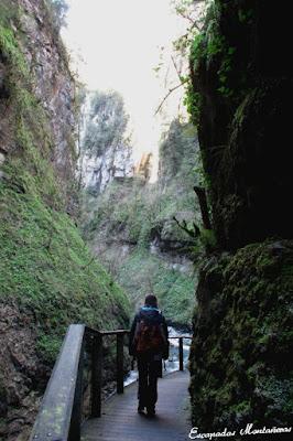 Camino sobre pasarelas en las Gorges de Kakouetta.