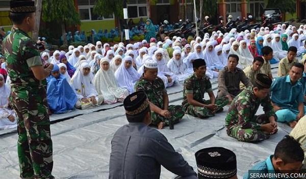 Ratusan Siswa MAN Blangpidie Dhuha Berjamaah Bersama TNI