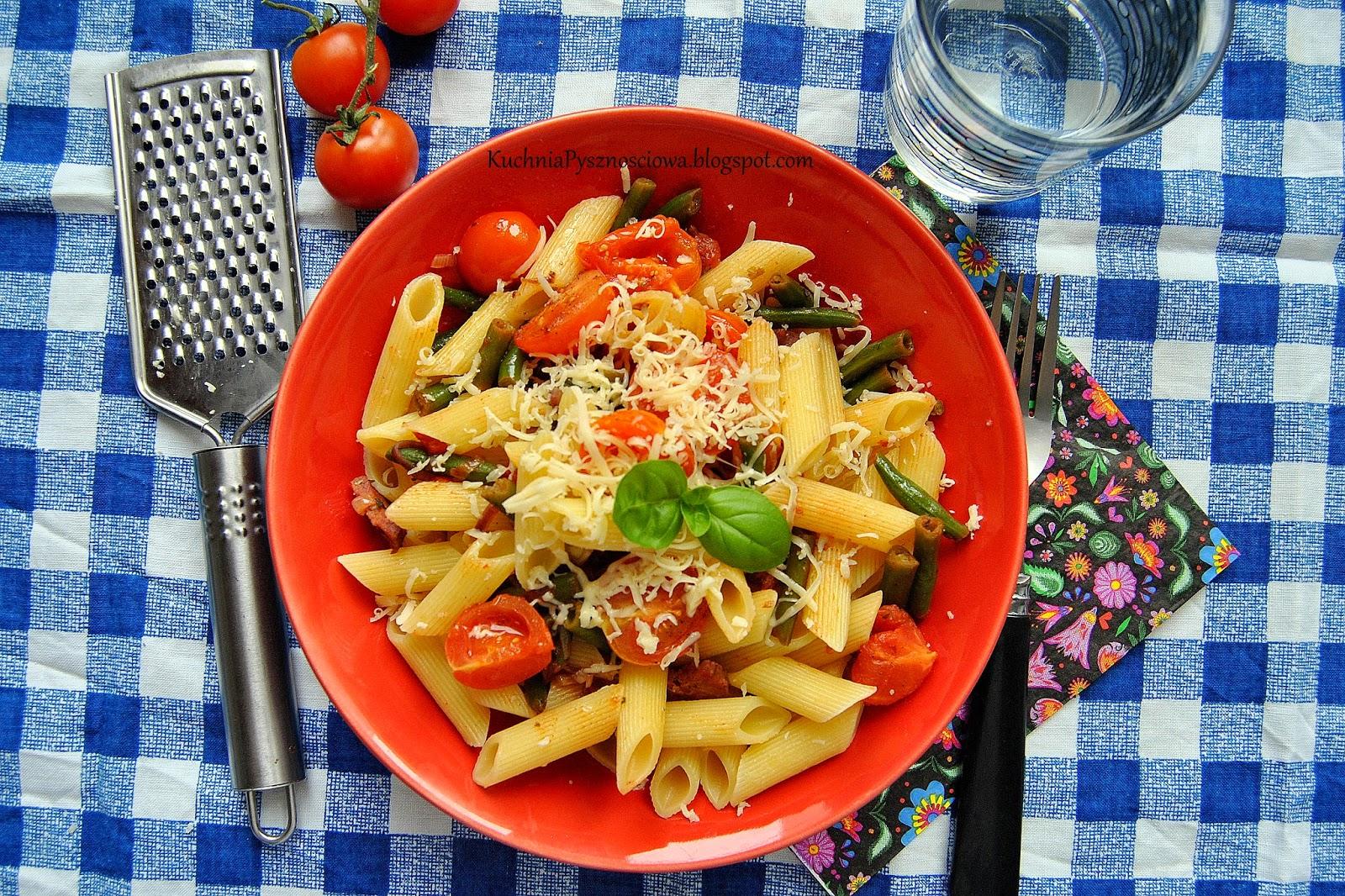 324. Prosty makaron z pieczonymi pomidorkami i pikantną kiełbasą