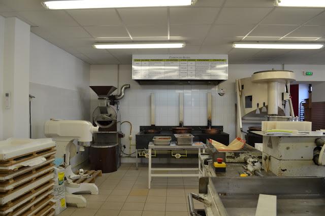Werkplaats van de nougatier met de apparatuur en planken waarop nougat ligt te drogen.