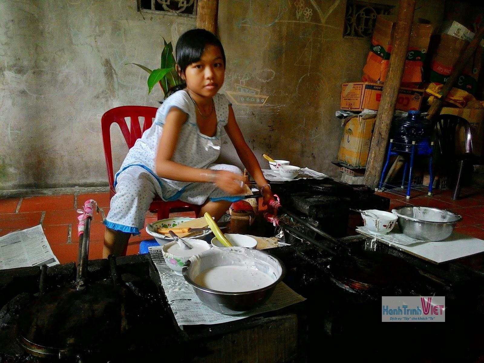 Tranh thủ phụ mẹ làm bánh kẹp vào giờ rảnh rỗi