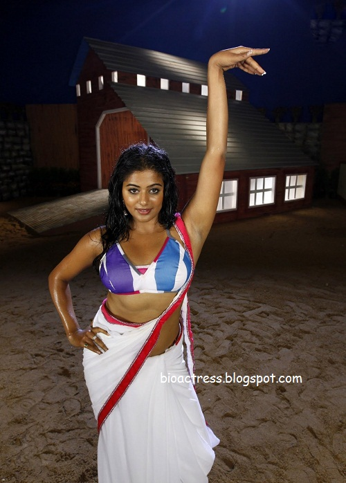 South indian hot actress priyamani spicy stills in saree showing deep navel and cleavage