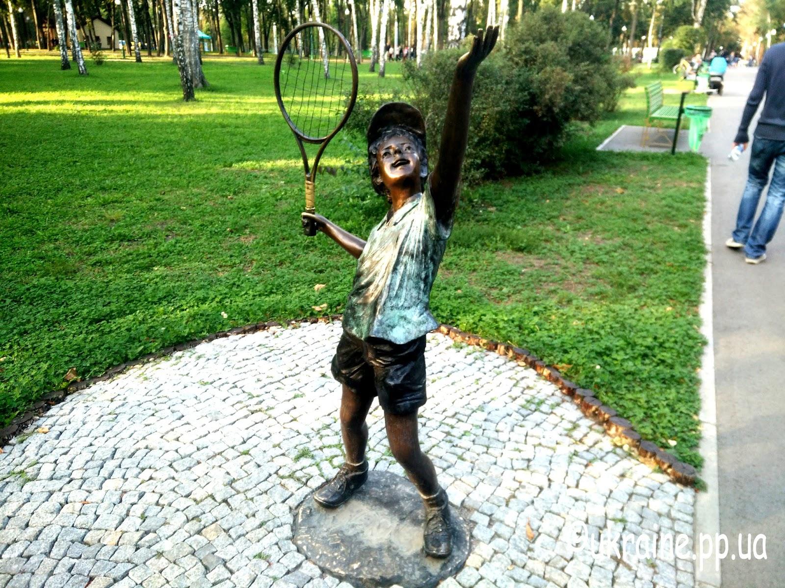 Маленький тенисист в парке