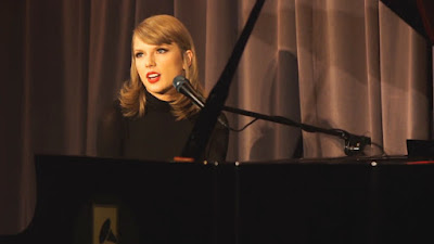 Rayakan Setahunnya '1989', Taylor Swift Posting 'Out of The Woods' Akustik