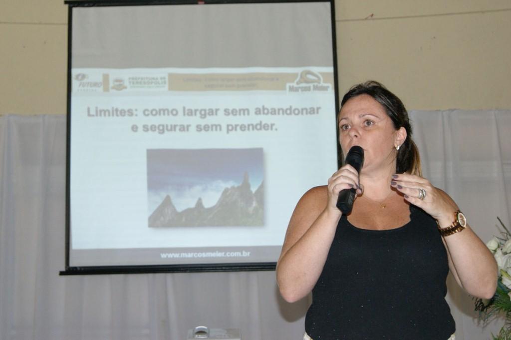 A Diretora de Educação Carla Rabello: Semana da Educação 2013 está alcançando seus objetivos