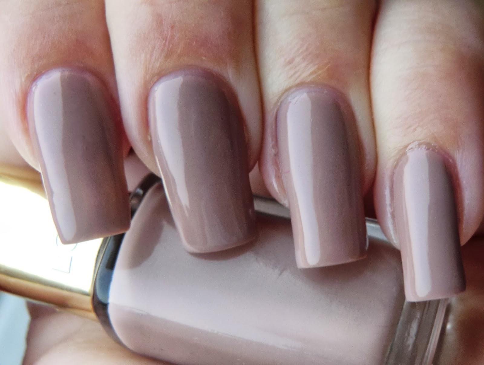 Lenas Sofa: L\'Oréal Color riche 104 Beige countess