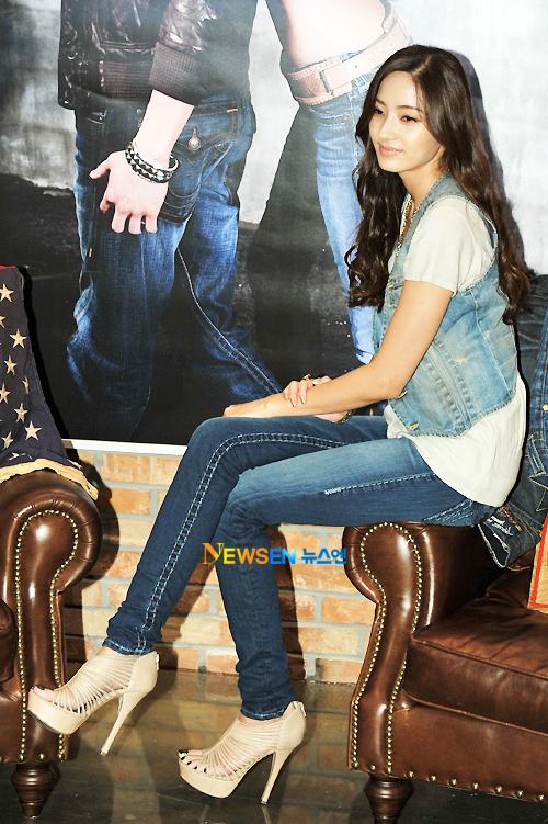 Han Chae Young: Super Manis Dengan Jeans