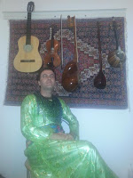 Ativista curdo Masoud Fathi vestindo trajes femininos