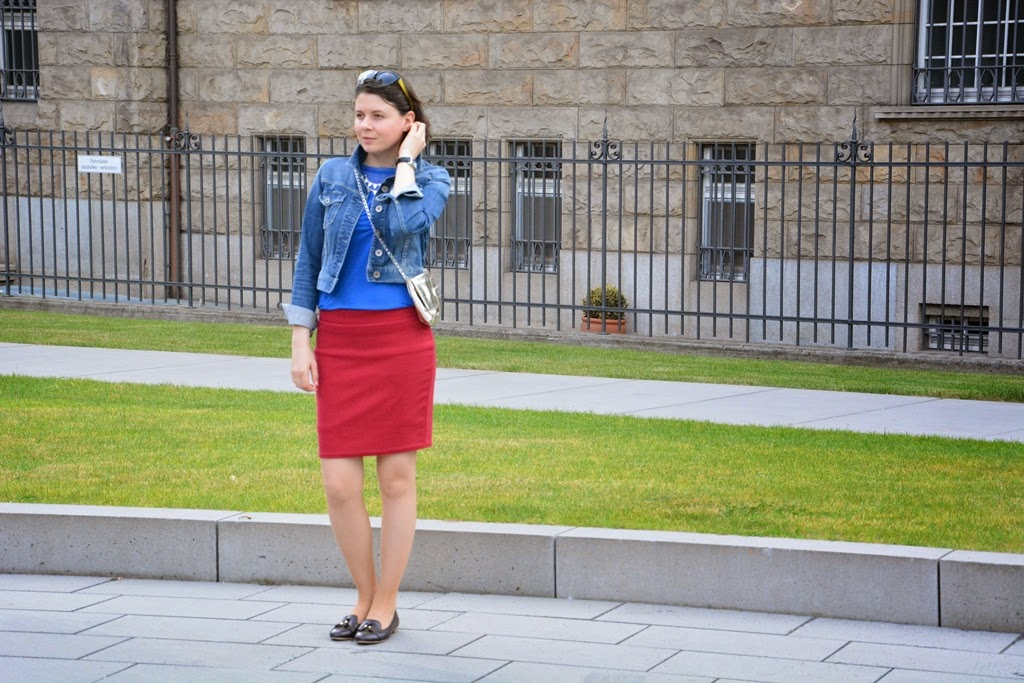 Red skirt, roter Rock, Jeansjacke, metallic trend