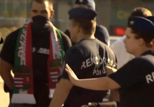 Ultras violentos húngaros  golpean a un  grupo de refugiados en Budapest después del partido de fútbol Hungría - Rumanía