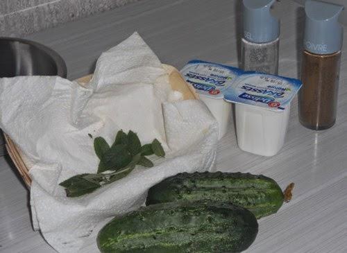 ma cuisine salade de gros cornichons crus la sauce au yaourt. Black Bedroom Furniture Sets. Home Design Ideas