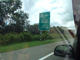 Papan tanda 'zikrullah' sepanjang perjalanan di Brunei.. Supaya sentiasa dalam lindungan Allah..