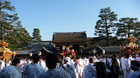 京都御所、朔平門前に勢揃いした三基の神輿