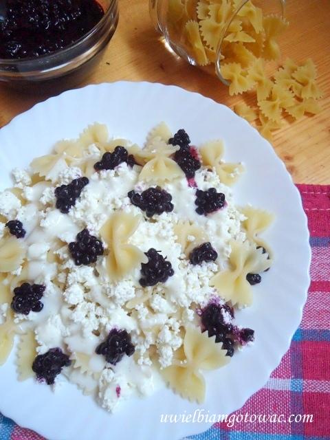 Makaron z serem i jagodami