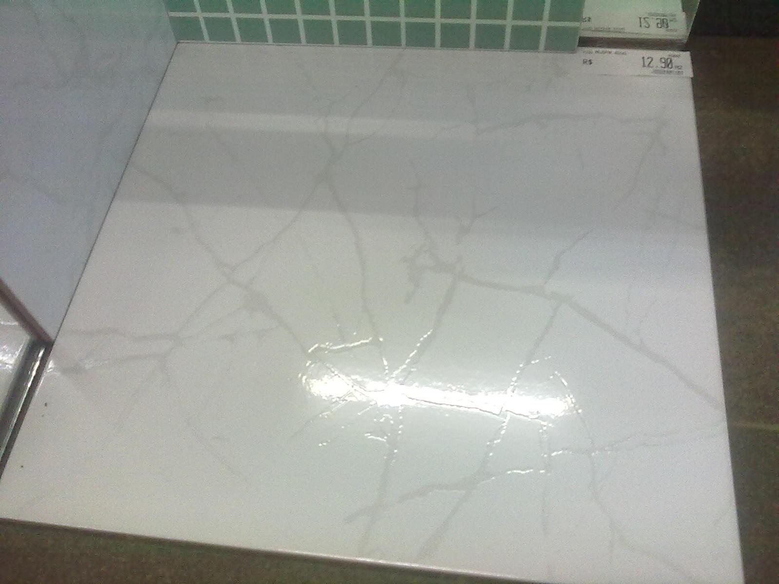 piso branco banheiro suíte revestimento seguindo modelo do piso para #433E33 1600 1200