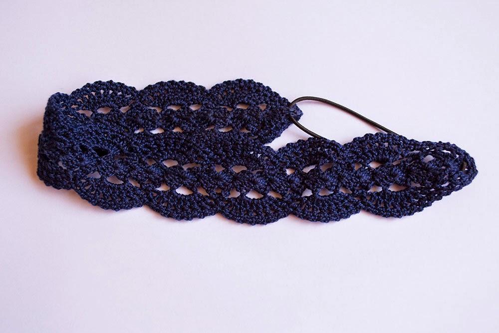 Diadema calada azul oscuro de ganchillo