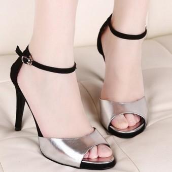 Giày dép gót nhọn được nhiều chị em lựa chọn đi vào mùa hè.